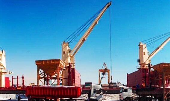 تخلیه سه فروند کشتی حامل کالای اساسی در مجتمع بندری شهیدرجایی بندرعباس